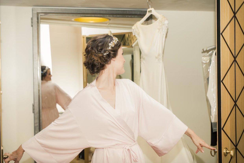 Preparativos de la novia vistiéndose para la boda