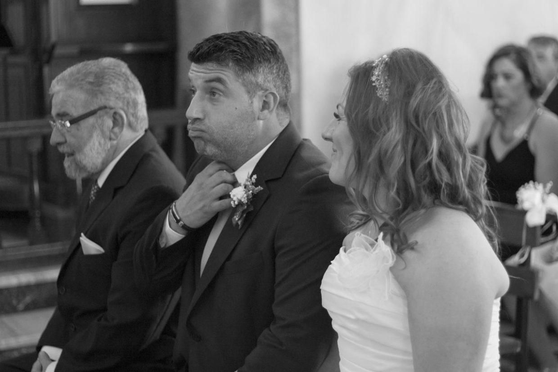 Detalle de los nervios del novio durante la ceremonia